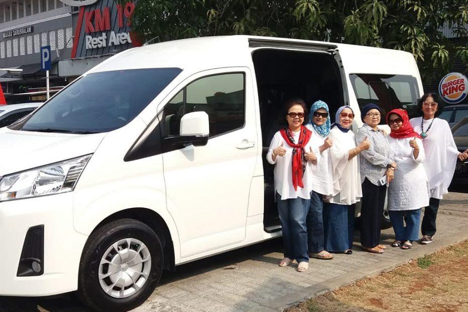 Sewa Hiace Ibu Atty Akbar Jalan Jalan ke Bandung Pakai Hiace Premio Baru